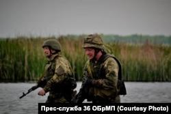 Командувач морської піхоти Юрій Содоль (праворуч) під час випробувань на право носити берет морпіха. 8 травня 2018 року