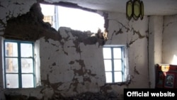 Жер титирөөдөн кийин жарактан чыккан үй. 3-май, Чоң-Алай
