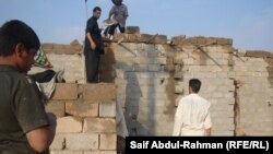 سكان في عشوائية بالكوت يعيدون بناء سقف إنهار جراء الأمطار الغزيرة
