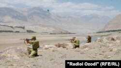 Таджикские пограничники на границе с Афганистаном. 7 марта 2016 года.
