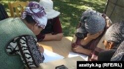 Чакан насыя алып, аны төлөй албай калгандардын нааразылык акциясынан бир көрүнүш. Бишкек. 2012-жыл