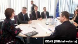 Шефот за надворешна политика на ЕУ Кетрин Ештон на средбата со српскиот и косовскиот премиер, Ивица Дачиќ и Хашим Тачи
