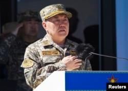 Президент Казахстана Нурсултан Назарбаев — в военной форме. Отар, 7 мая 2013 года.