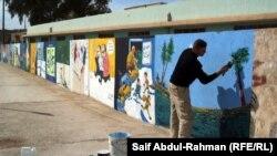 فنان يرسم لوحه على احد الجدران