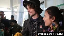 Арцём Лук'яненка і Ксенія Жук з гурту Naviband у менскім аэрапорце.