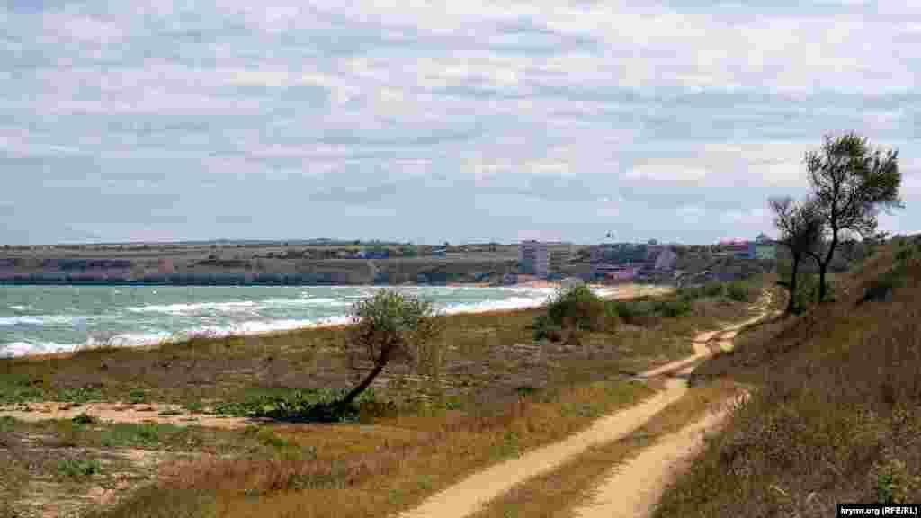Проселочная дорога вдоль залива