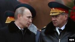 Președintele Vladimir Putin cu ministrul rus al apărării Sergei Șoigu la 23 februarie