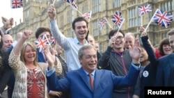 Лидер британской правопопулистской Партии независимости Соединённого Королевства Найджел Фарадж и его сторонники после оглашения результатов референдума в Британии. Лондон, 24 июня 2016 года.