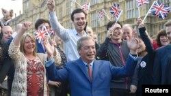 Британский политик Найджел Фарадж (в центре) после референдума по выходу Британии из ЕС, 24 июня 2016 года, Лондон.