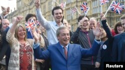 Британиялик сиёсатчи Найжел Фараж ЕИдан чиқиш бўйича референдумдан сўнг, Лондон, 2016 йил 24 июни.