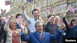 Біріккен корольдік тәуелсіздігі партиясының жетекшісі Найджел Фарадж (ортада) бен оның жақтастары референдум қорытындысы жарияланған соң шерулетіп жүр. Лондон, 24 маусым 2016 жыл.