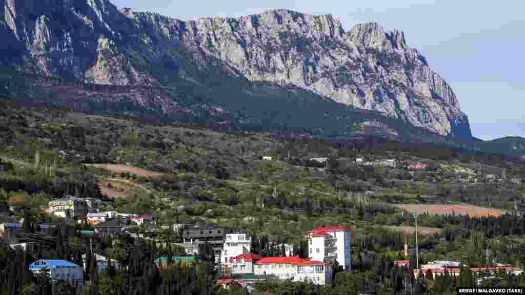 Краєвид на гору Ай-Петрі зі скелі Діва