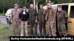 Участники группы «Патриот» с освобожденными из плена группировки «ДНР» Николаем Валебным и Игорем Панчишиным (в центре). Славянск, 19 мая 2015 года