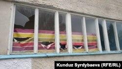 Разбитые стекла в детском лагере «Маяк».