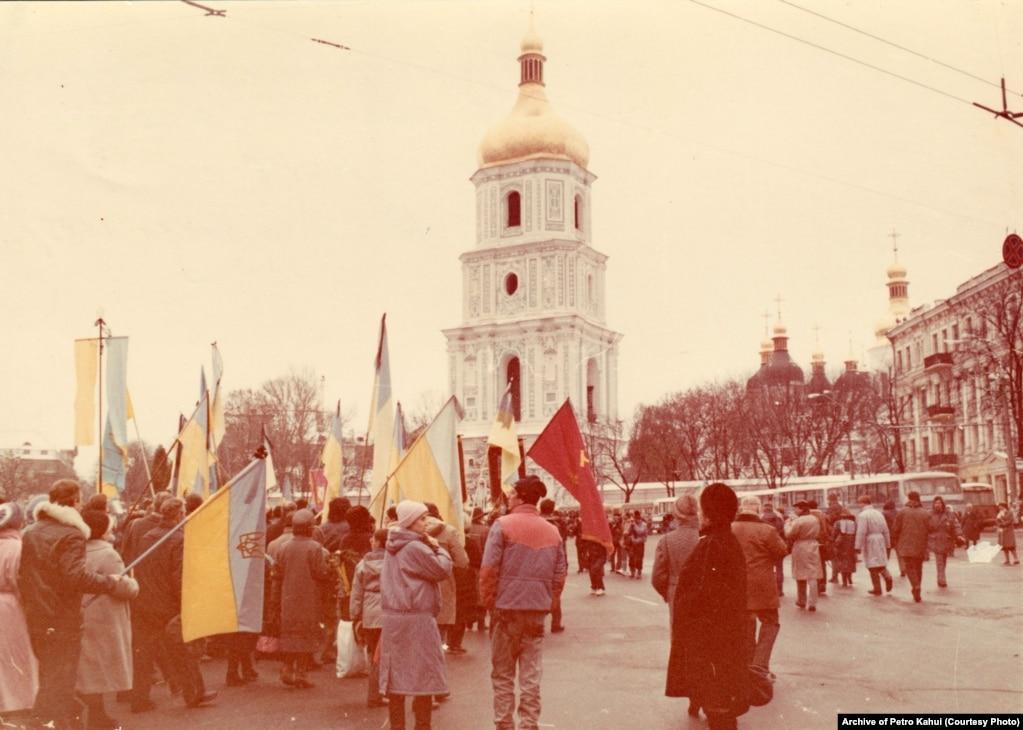 Пізніше труни з тілами Стуса, Литвина і Тихого повезли на Софійську площу, де їх зустрічало дуже багато людей, які, попри острах бути розігнаними силовиками, все одно прийшли провести в останню путь загиблих у радянських тюрмах українських дисидентів. «Люди ховалися по маленьких вуличках. Як тільки три автобуси з домовинами приїхали, площа раз, і наповнилася. Ми хотіли нести тіла на плечах аж на Байкове. Але КГБісти наполягали, що ні, везти у машинах», – пригадує колишній політв'язень Василь Овсієнко