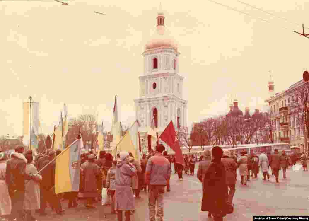 Пізніше труни з тілами Стуса, Литвина і Тихого повезли на Софійську площу, де їх, зі спогадів очевидців, зустрічало дуже багато людей, які попри острах бути розігнаними силовиками все одно прийшли провести загиблих у радянських тюрмах українських діячів в останню путь. «Люди ховалися по маленьких вуличках. Як тільки три автобуси з домовинами приїхали, площа раз, і наповнилася. Ми хотіли нести тіла на плечах аж на Байкове. Але КГБісти наполягали, що ні, везти у машинах», – пригадує колишній політв'язень Василь Овсієнко. Перепоховання Стуса, Литвина і Тихого стало ледь не першим випадком, коли людей з великою кількістю українських прапорів не порозганяли