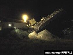Шу-Арыс жүк пойызының аударылған вагондары. Ордабасы ауданы, Оңтүстік Қазақстан облысы, 5 мамыр 2014 жыл.