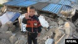 5 жасар Дархан Тойлысайдың төбесіндегі Дархан шағын ауданындағы қиратылған үйлердің орнында өз үйін таба алмай қалды. Алматы, 8 сәуір, 2009 жыл.