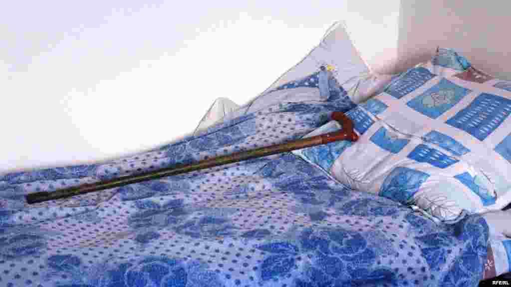 Опустевшая кровать Сахан Досовой. И ее тросточка в квартире в Караганде. 13 мая 2009 года.