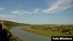 Râul Nistru lângă satul Ţâpova, vedere spre satul Popenchi din partea stângă a râului
