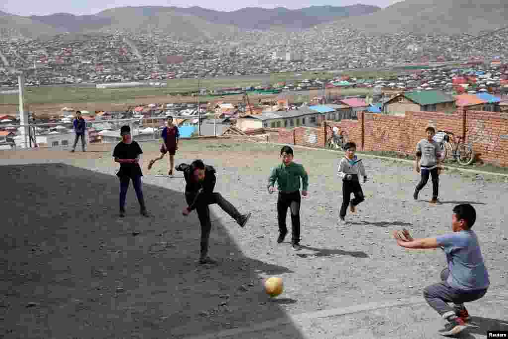 Дети играют в футбол в одной из деревень Монголии. 12 мая 2018 года.