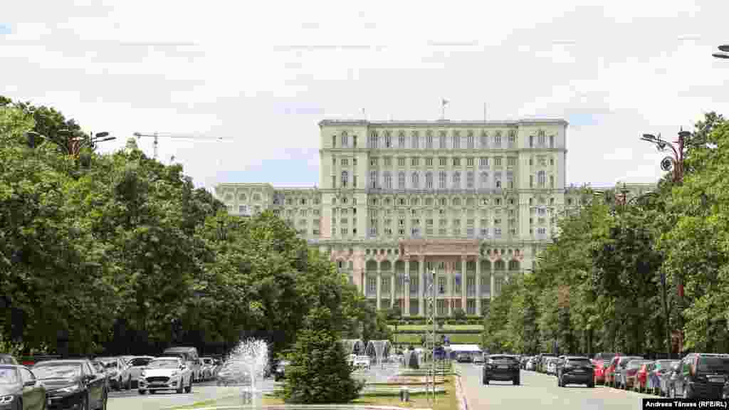 """Pentru prima dată în istoria sa, Parlamentul Românieia organizat, miercuri,30 iunie, oşedinţă solemnăa camerelor reunite pentru comemorarea victimelor Pogromului de la Iaşi.Într-un mesajtransmis cu o zi înainte de președinteleKlaus Iohannis,acesta spune că """"Ura nedisimulată, violența atroce, disprețul absolut față de demnitatea umană au fost doar o parte din instrumentarul utilizat de autoritățile vremii pentru a pune în practică un plan abominabil – curățarea orașului de evrei. Peste 13.000 de suflete nevinovate au sfârșit în chinuri groaznice, după ce autoritățile, al căror rol ar fi trebuit să fie unul de protecție, s-au transformat în călăi. Cu o cruzime de nedescris, evreii ieșeni au fost smulși cu forța din case, despărțiți de cei dragi, loviți cu sălbăticie și aruncați apoi în trenurile morții sau uciși de gloanțele mitralierelor."""""""