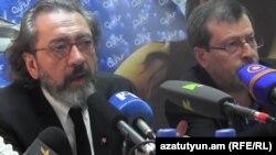 Թուրք պրոֆեսոր Չեմ Թերզին (ձ) Երևանում, 25-ը ապրիլի, 2015թ.