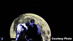 """Сцена од претставата """"Ноќта кога ја убив месечината"""" на Марјан Ѓорѓиевски и Битолски театар / фото Љупчо Илиевски"""