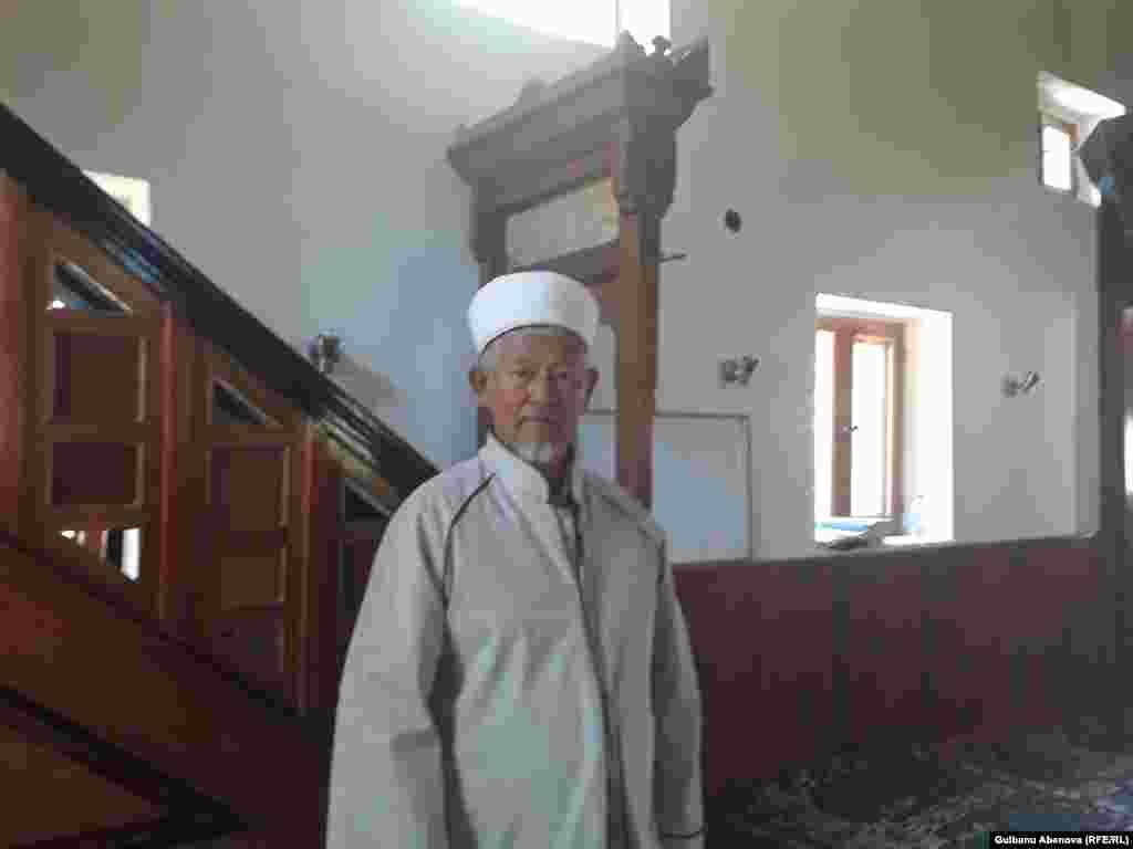 Имам Киятип Четынкая работает в мечети аула Алтай 17 лет. Он обучился в государственном медресе и с гордостью называет себя «государственным служащим». Он доволен размером своей зарплаты от государства. У него один из самых больших и добротных домов в селе.