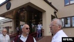 Праваабаронца Гары Паганяйла і галоўны рэдактар «Народнай волі» Іосіф Сярэдзіч перад будынкам суду.