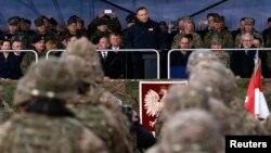 Польша президенті Анджей Дуда НАТО-ның Ожиштегі батальоны алдында сөйлеп тұр. |Польша, 13 сәуір 2017 жыл.