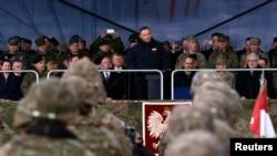 Президент Польши Анджей Дуда выступает перед военными батальона НАТО в Оржише, 13 апреля 2017 года, Польша.