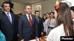Armenia - Education Minister Armen Ashotian (C) visits a school in Yerevan bearing the name of Ukrainian poet Taras Shevchenko, 4Apr2014.