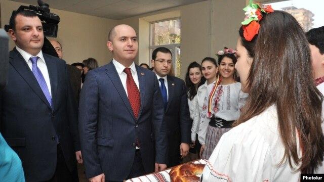 Armenia - Education Minister Armen Ashotian (C) visits a school in Yerevan bearing the name of Ukrainian poet Taras Shevchenko, 4Apr2014.