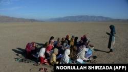 په افغانستان کې د سکول زده کوونکي تر شنه اسمان لاندي (پخوانی عکس)