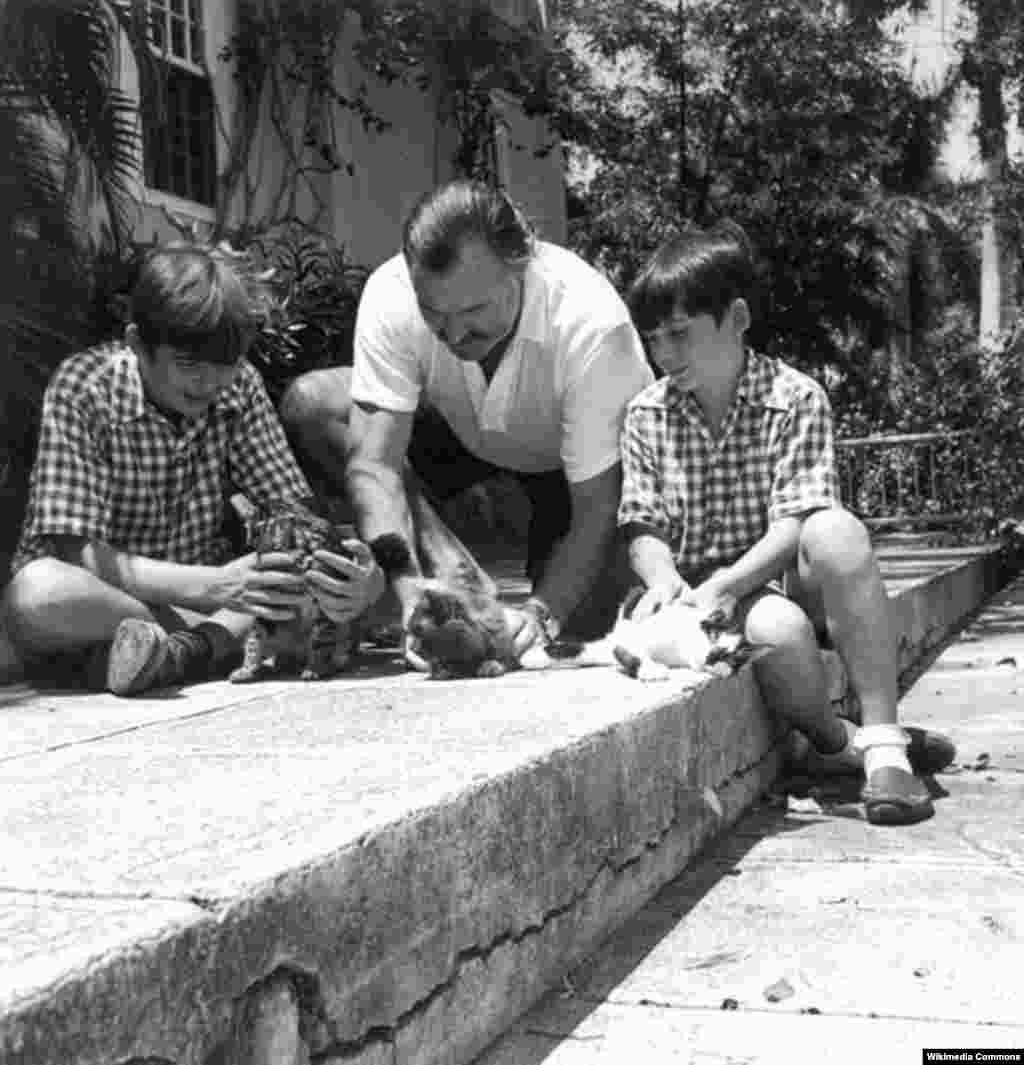 ارنست همینگوی در کنار فرزندانش