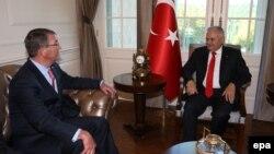 Sekretari amerikan i Mbrojtjes, Ash Carter, dhe kryeministri i Turqisë, Binali Yildirim. Ankara, 21 tetor 2016.