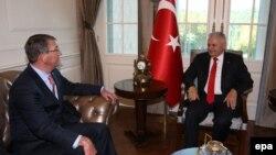 ABŞ-nyň goranmak sekretary Aş Karter (Ç) Türkiýäniň premýer-ministri Binali Ýildirim bilen gürleşýär. Ankara, 21-nji oktýabr, 2016