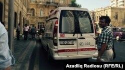 Карета скорой помощи у здания суда в Баку, где проходит суд над правозащитниками Лейлой и Арифом Юнус, 6 августа 2015 года.