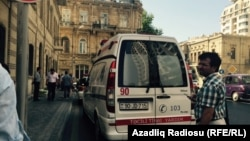 Лейла және Ариф Юнус соты өтіп жатқан ғимарат алдында тұрған жедел медициналық жәрдем көлігі. Баку, 6 тамыз 2015 жыл.