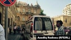 Машина Скорой Медицинской Помощи перед зданием Суда по Тяжким Преступлениям