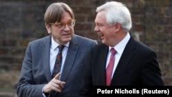 Ґі Верговстадт, колишній прем'єр-міністр Бельгії, який у Європарламенті очолює «Альянс лібералів та демократів за Європу», розмовляє з британським міністром у справах виходу з ЄС Дейвідом Дейвісом. Лондон, 6 березня 2018 року