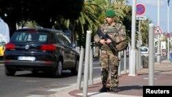 Французский солдат на Английском променаде в Ницце
