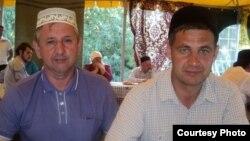 Фәрит Гыйбатдинов (cулда) татар мәхәлләсенә багышланган түгәрәк өстәлдә, 2011 ел