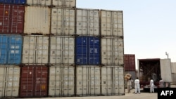 Iranian workers transfer goods from a cargo container to trucks at the Kalantari port in the city of Chabahar. (file photo)