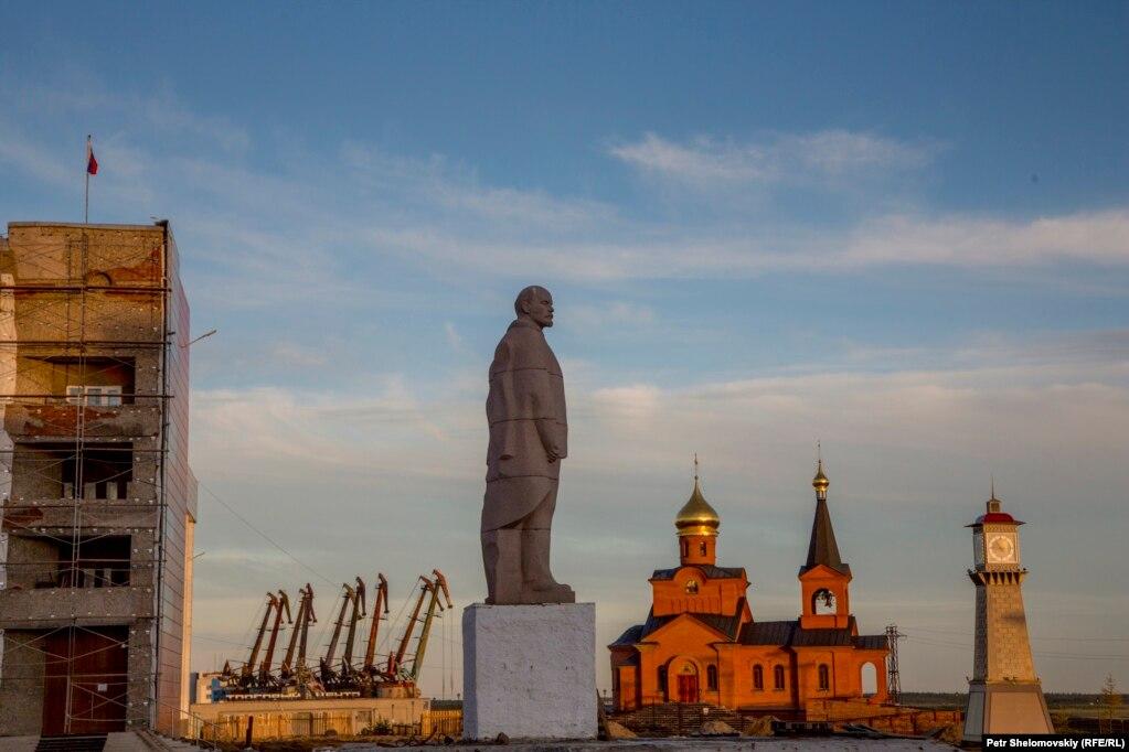 Памятник Владимиру Ленину на центральной площади Дудинки, август 2016 года