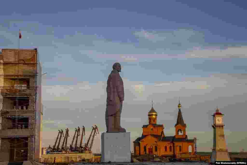Памятник Владимиру Ленину на центральной площади Дудинки, август 2016 года.