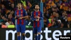 Нападающие испанского клуба «Барселона» Луис Суарес (слева) и Лионель Месси.