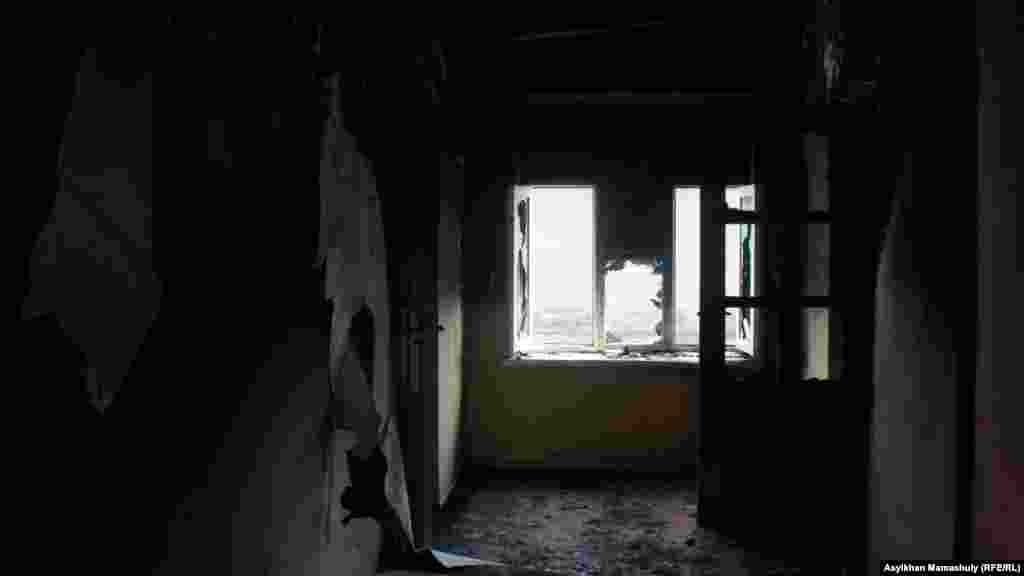 Внутри сожженного дома жителя села Бостандык Дусера Абдураимова.