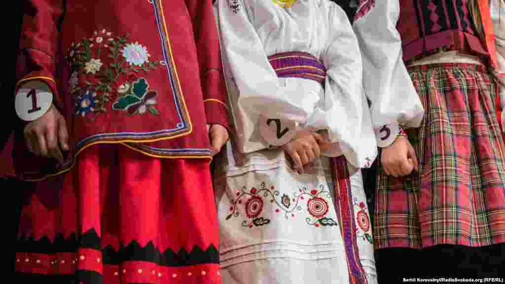 Зліва направо – традиційне вбрання Харківської, Дніпропетровської та Житомирської областей